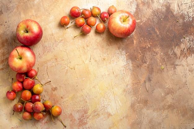 Bovenaanzicht van fruit, de smakelijke appels en bessen zijn neergelegd in een cirkel