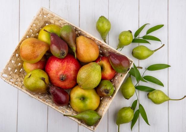 Bovenaanzicht van fruit in de mand en op houten oppervlak