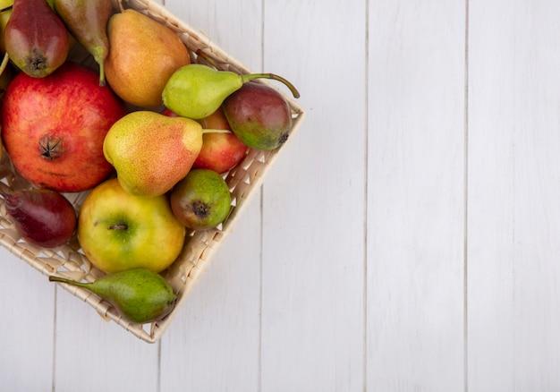 Bovenaanzicht van fruit in mand op houten oppervlak met kopie ruimte