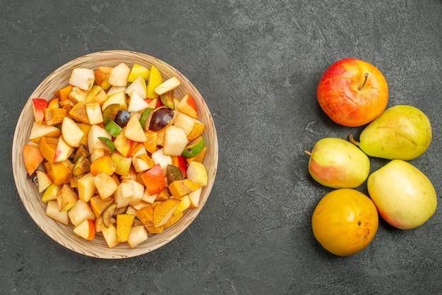Bovenaanzicht van fruitige salade met vers gesneden fruit