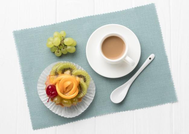 Bovenaanzicht van fruittaart met lepel en koffie