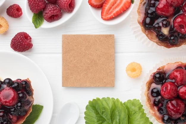 Bovenaanzicht van fruittaartjes met munt en kopie ruimte