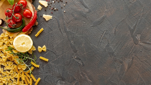 Bovenaanzicht van fusilli en farfalle pasta met kopie ruimte