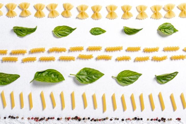 Bovenaanzicht van fusilli, farfalle en penne pasta arrangement