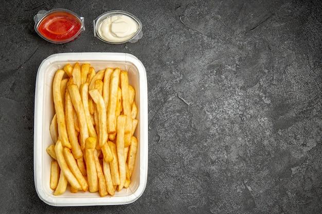 Bovenaanzicht van gebakken aardappelen met sauzen