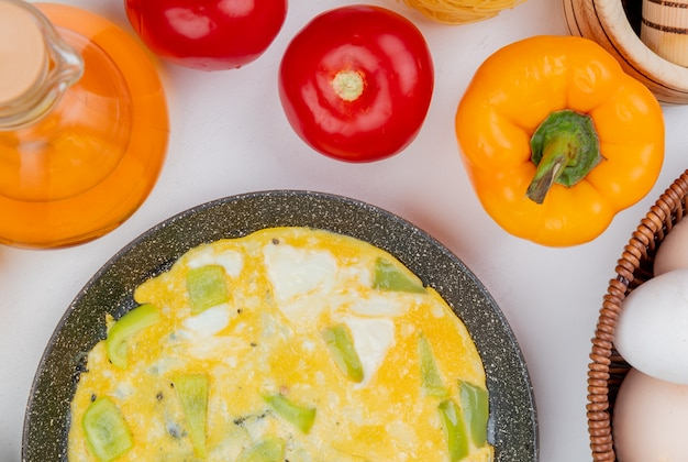 Bovenaanzicht van gebakken eieren op een koekenpan met appelazijn op een witte achtergrond
