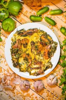 Bovenaanzicht van gebakken kip met eieren en kruiden