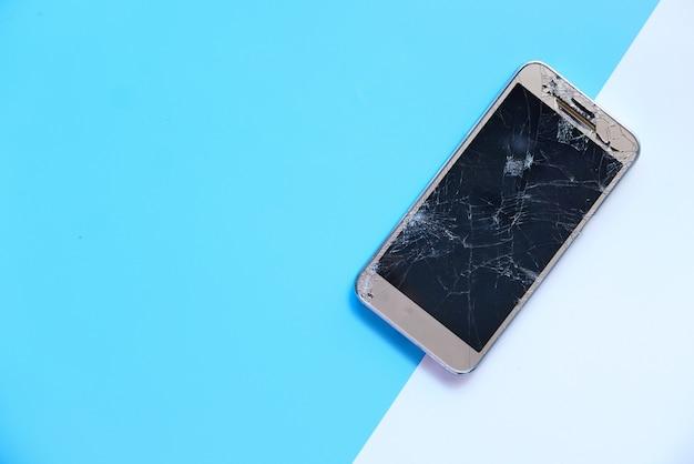 Bovenaanzicht van gebroken slimme telefoon