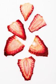 Bovenaanzicht van gedroogde aardbeien plakjes geïsoleerd op een witte achtergrond