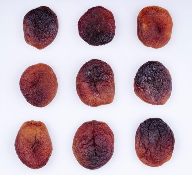 Bovenaanzicht van gedroogde abrikozen geïsoleerd op een witte achtergrond