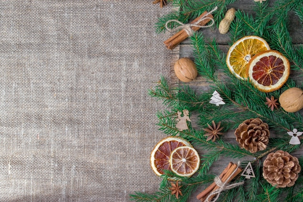 Bovenaanzicht van gedroogde citrusvruchten en walnoten met dennenappels voor kerstmis
