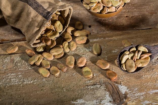 Bovenaanzicht van gedroogde tuinbonen op houten tafel