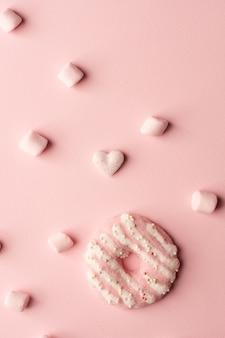 Bovenaanzicht van geglazuurde donut met marshmallow