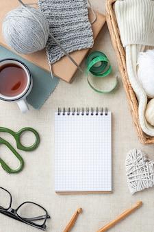 Bovenaanzicht van gehaakte set met garen en notitieboekje