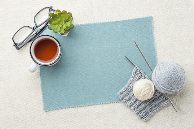 Bovenaanzicht van gehaakte set met garen en thee