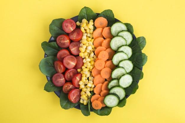 Bovenaanzicht van gehakte groenten