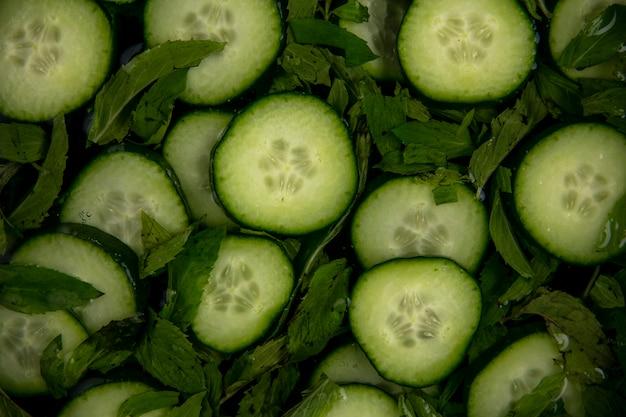 Bovenaanzicht van gehakte komkommers met munt