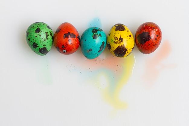 Bovenaanzicht van gekleurde eieren voor pasen met kopie ruimte