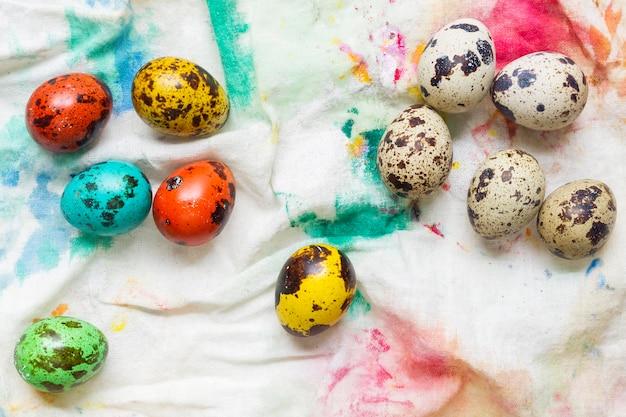 Bovenaanzicht van gekleurde eieren voor pasen