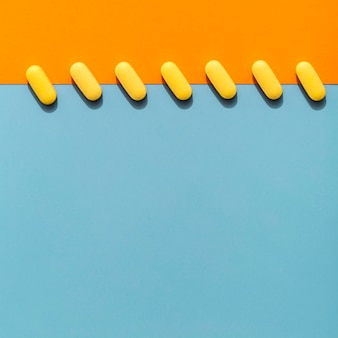 Bovenaanzicht van gekleurde pillen op een rij
