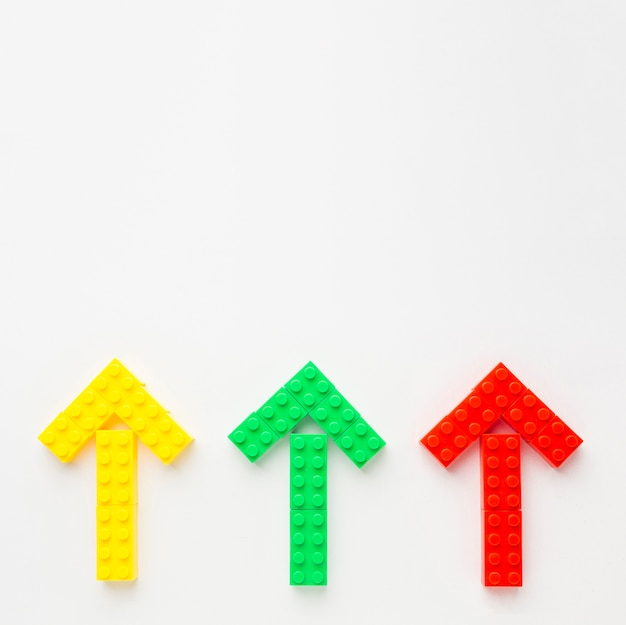 Bovenaanzicht van gekleurde speelgoed pijlen die omhoog wijst
