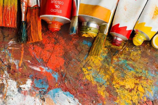 Bovenaanzicht van gekleurde verf en abstracte schilderkunst