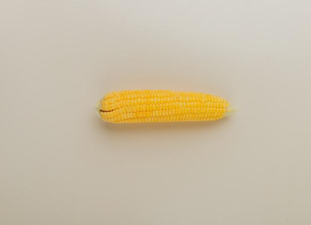 Bovenaanzicht van gekookt maïs op wit met kopie ruimte