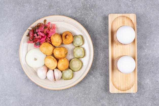 Bovenaanzicht van gekookte aardappelen met ingeblikte groenten.