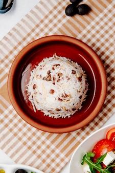 Bovenaanzicht van gekookte rijst met bonen op tafel