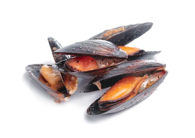 Bovenaanzicht van gekookte zeevruchten geïsoleerd op wit