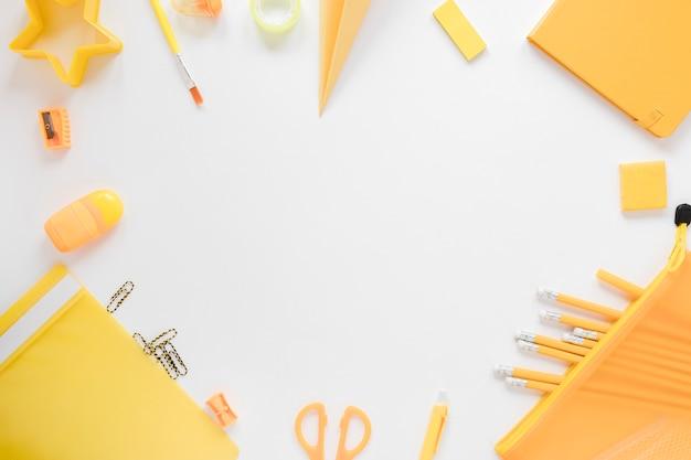 Bovenaanzicht van gele schoolbenodigdheden