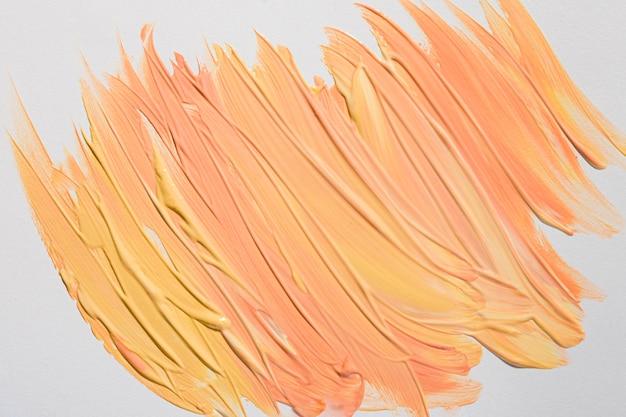 Bovenaanzicht van gele verf penseelstreken op het oppervlak