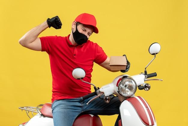 Bovenaanzicht van gelukkige bezorger dragen uniform en hoed handschoenen in medische masker zittend op scooter weergegeven: volgorde