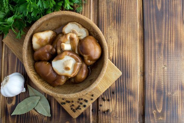 Bovenaanzicht van gemarineerde champignons shiitake in de kom