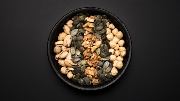 Bovenaanzicht van gemengde noten arrangement