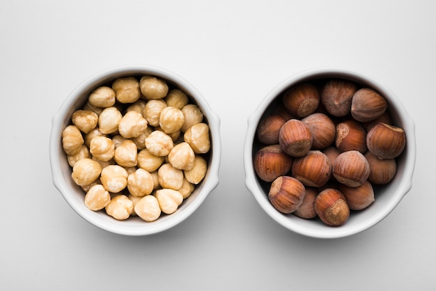 Bovenaanzicht van gemengde noten in kommen