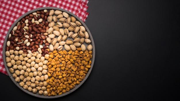 Bovenaanzicht van gemengde noten met kopie ruimte