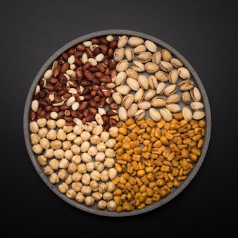 Bovenaanzicht van gemengde noten op kom