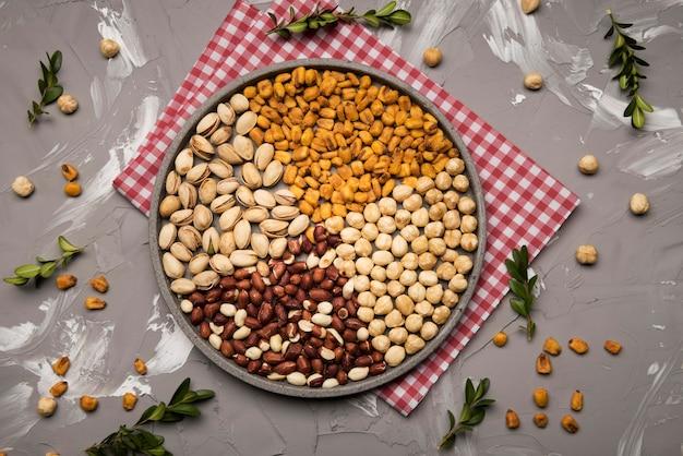 Bovenaanzicht van gemengde noten op vaatdoek