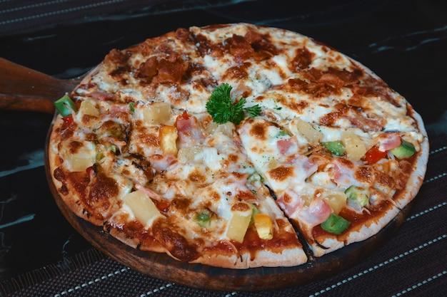 Bovenaanzicht van gemengde zeevruchtenpizza
