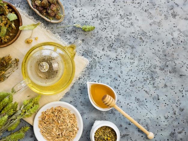 Bovenaanzicht van geneeskrachtige kruiden en specerijen met kopie ruimte