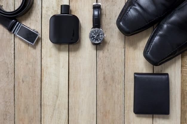 Bovenaanzicht van gentlemanly zwarte set: horloge, schoenen, portemonnee, riem en parfum
