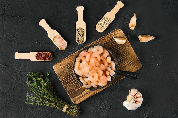 Bovenaanzicht van gepelde garnalen in koekenpan