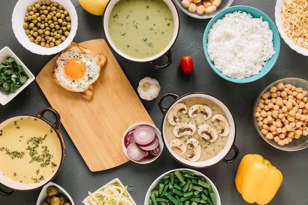 Bovenaanzicht van gerechten met gebakken ei en champignonsoep
