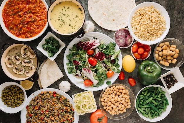 Bovenaanzicht van gerechten met salade en noedels