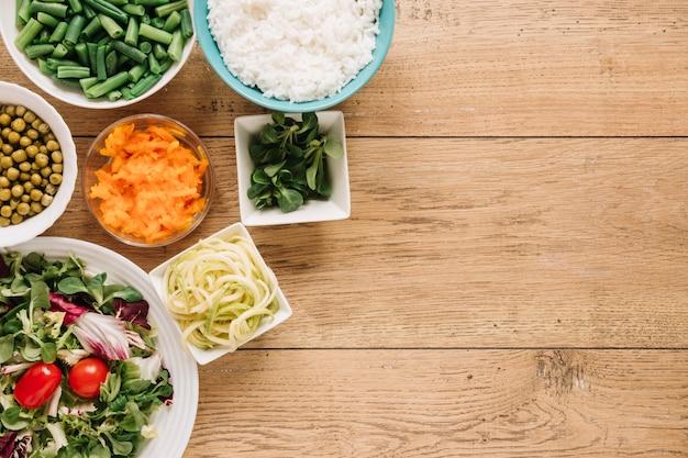 Bovenaanzicht van gerechten met salade en rijst