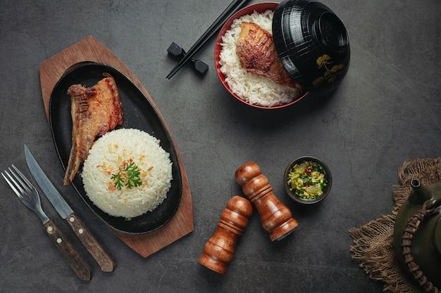 Bovenaanzicht van geroosterd varkensvlees en gekookte rijst