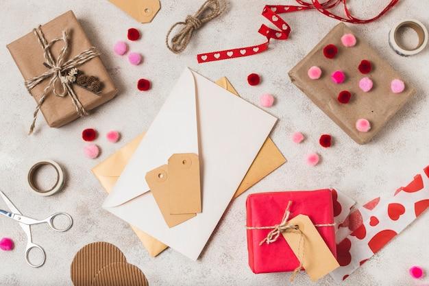 Bovenaanzicht van geschenken met enveloppen