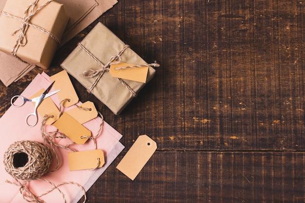 Bovenaanzicht van geschenken met string en tags