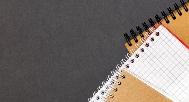 Bovenaanzicht van gesloten zwarte kaft notebook met potlood op witte bureau achtergrond